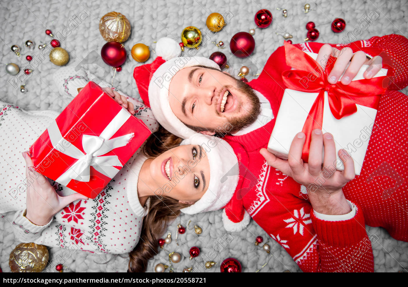 happy, couple, with, gift, boxes - 20558721