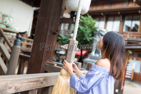 woman, ringing, the, bell, in, japanese - 20558921