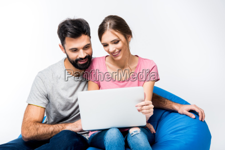 young, couple, looking, at, laptop - 20558333