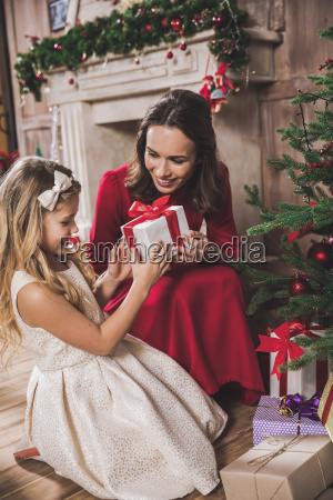 mother, giving, daughter, christmas, present - 20559333