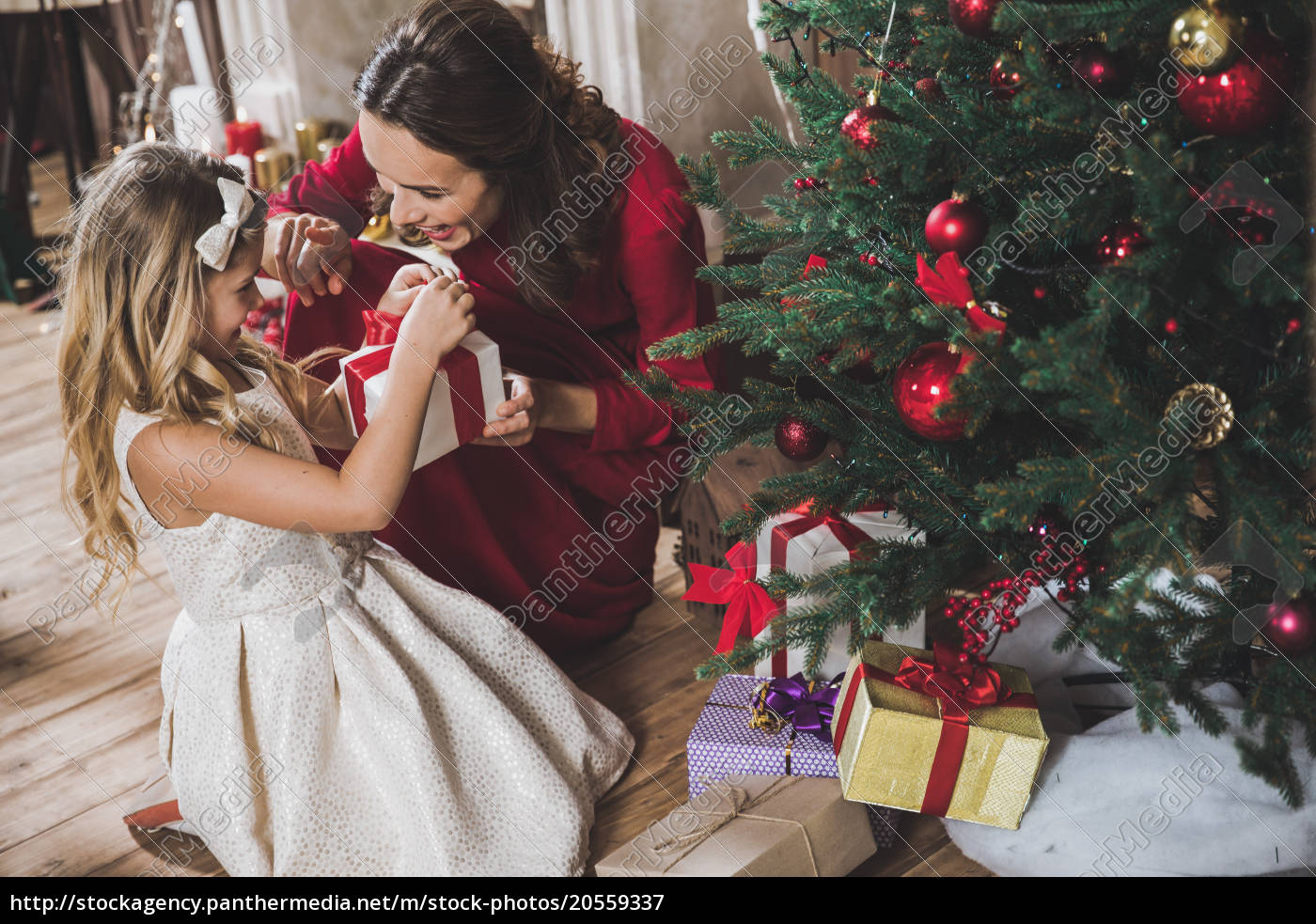 mother, giving, daughter, christmas, present - 20559337