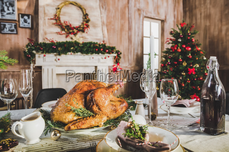 roasted, turkey, on, holiday, table - 20559213