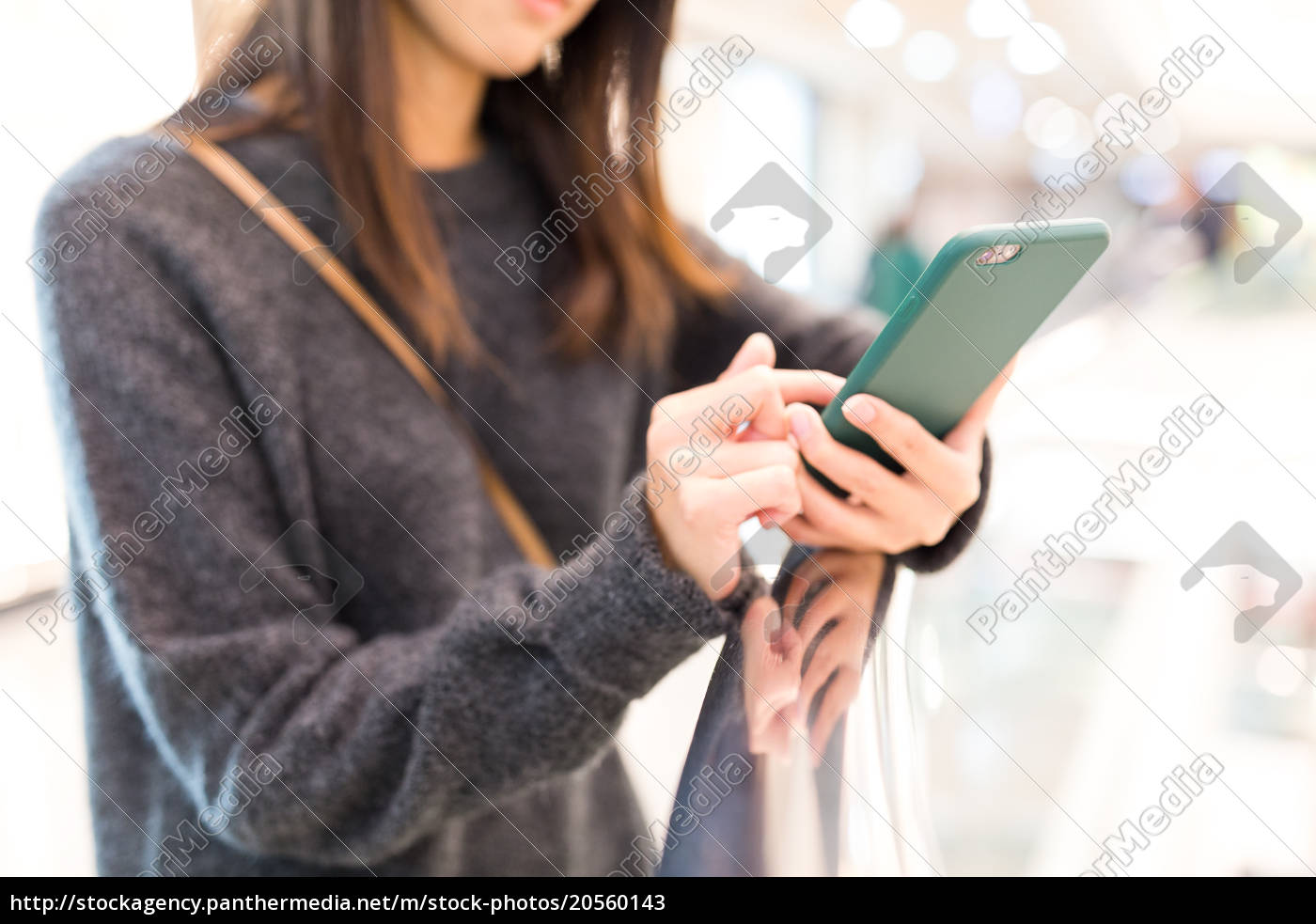 woman, use, of, smart, phone - 20560143