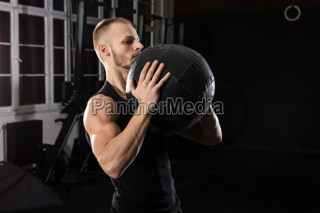 man, working, out, with, medicine, ball - 20562927
