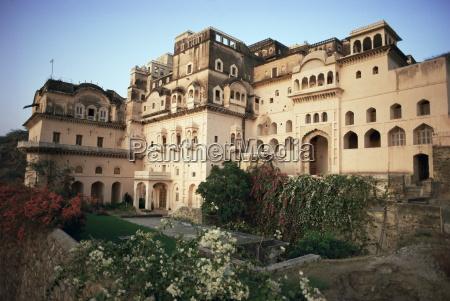 exterior view neemrana fort palace hotel