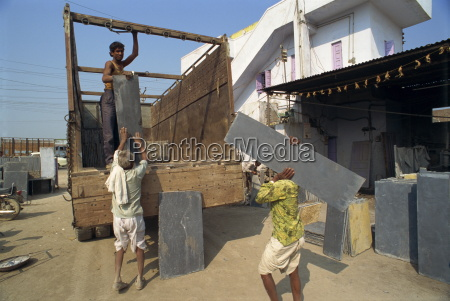 stonemasons loading stone onto truck chittorgarh