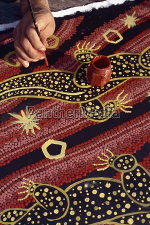 artist of the walpiri tribe using