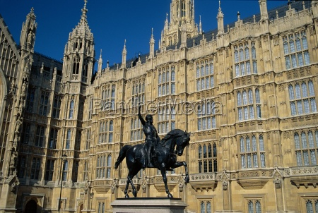 statue before the houses of parliament