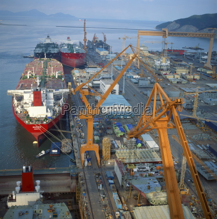 cranes and ships in the okpo