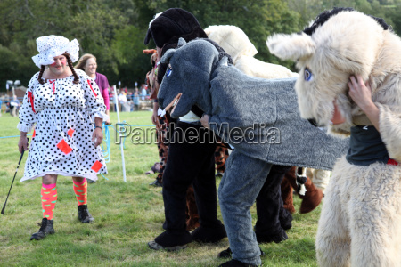 pantomime horse race with dame as