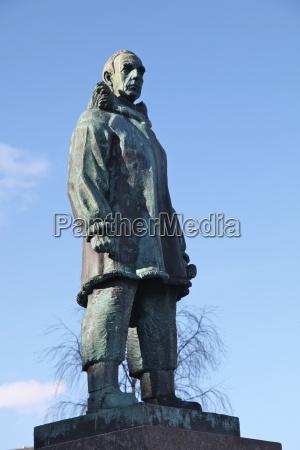 statue of roald amundsen famous norwegian