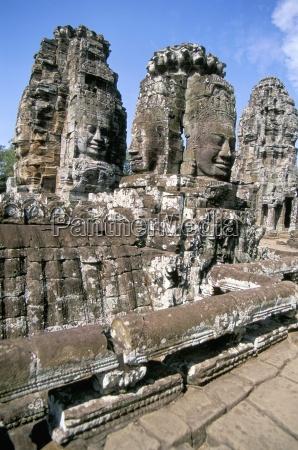 giant stone faces the bayon angkor