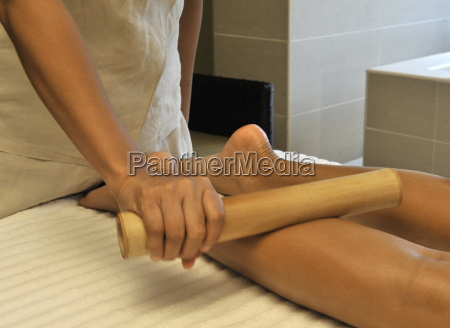 lymphatic massage to the legs