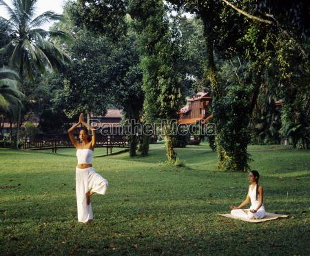 girls doing yoga at club med