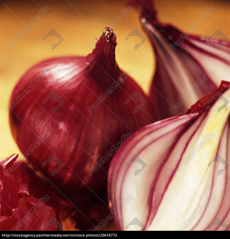 studio, shot, of, red, onions - 20618773