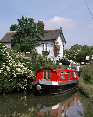 narrow boat and lock aylesbury arm