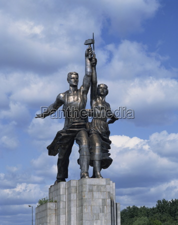 statue of worker and kolkhoz woman