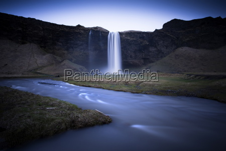 seljalandsfoss waterfall captured at dusk using