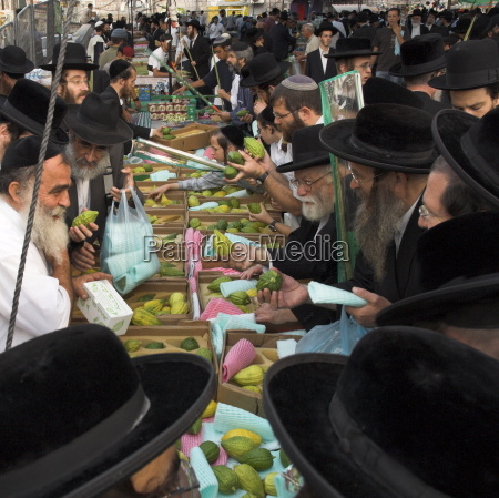 crowd of orthodox jews buying the