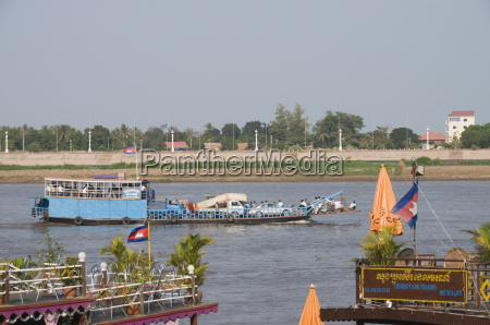 tourist boats on the tonle sap