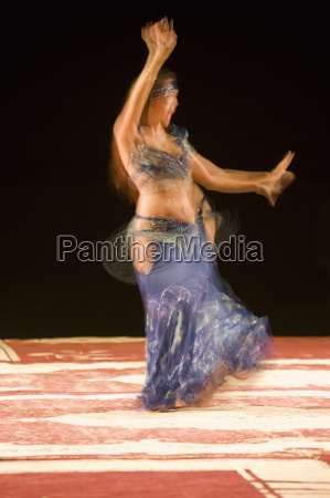 bauchtaenzerin die nachts einen traditionellen tanz