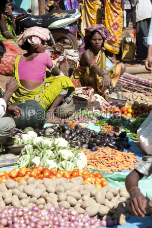 mali tribeswomen selling vegetables at weekly