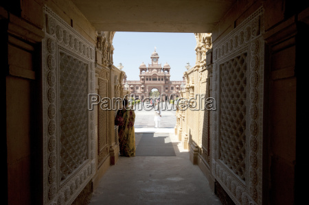 entrance to the jain swaminarayan temple