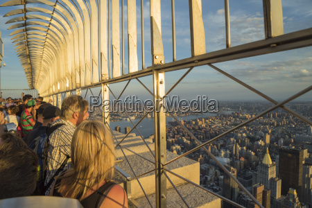 tourists at the empire state building