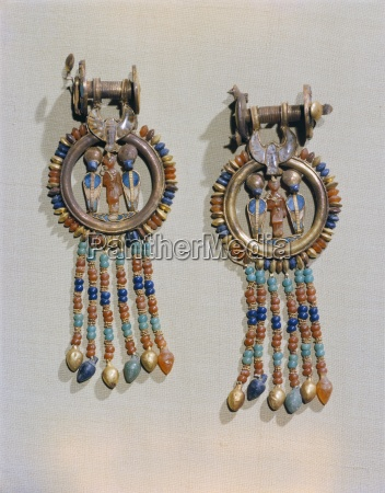 earrings which show the king flanked