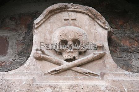 sculpture of skull and crossed bones