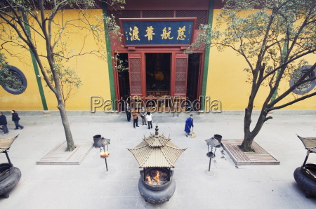 people visiting lingyin temple built in