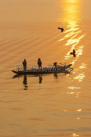 fishermen at suise tonle sap river