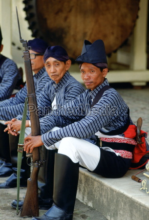 guards at the sultans palace at