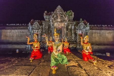 traditional apsara dance performance at banteay