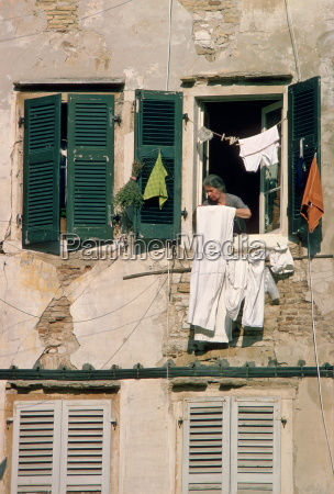 a woman hanging out washing in