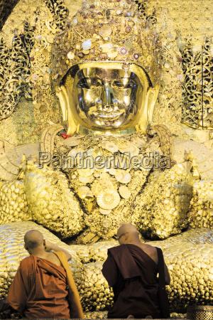 mahamuni paya mahamuni buddhist temple devotees