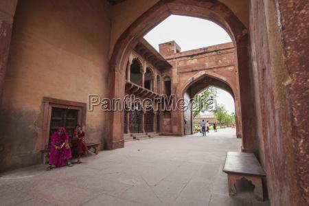 gateway to the taj mahal structure