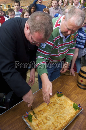 cutting of the hare pie for