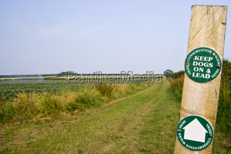 keep dogs on a lead signpost