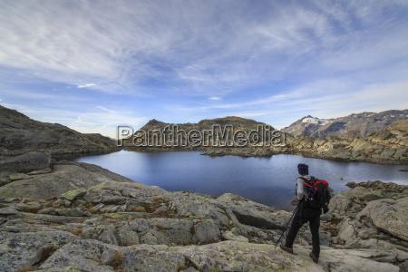 hiker admires laghi azzurri at suise