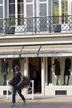 stylish french woman passes max mara