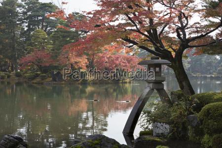 keokuen garden with kotojitoro lantern in