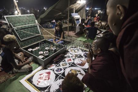 mrauk u monks gambling at dung