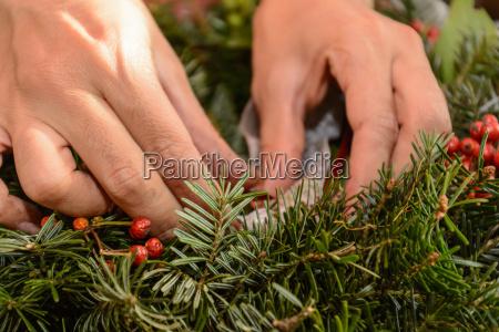 florist binds advent wreath