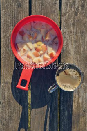 proste sniadanie z kawa i muesli