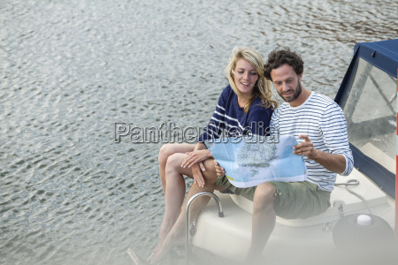 coppia su barca guardando la mappa