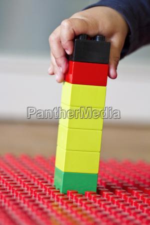 menschliche hand die oben mit lego