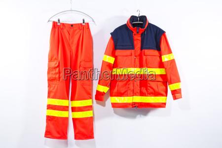 uniforme del servizio di soccorso appesa