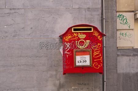belgien bruessel alte rote briefkasten mit