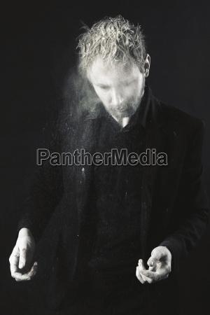 mezczyzna jest ubranym czerni ubrania trzasc